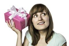 Het mooie meisje luistert aan een gift Stock Foto's