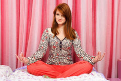 Het mooie meisje mediteren Stock Foto