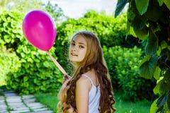 Het mooie meisje met ballon heeft een pret in het park Stock Afbeelding