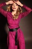Het mooie meisje met blond krullend haar en heldere avondmake-up, draagt elegante kleding Royalty-vrije Stock Foto