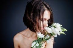 Het mooie meisje met een boeket bloeit stock fotografie