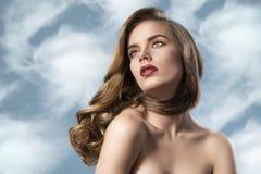 Het mooie meisje met golvend haar en nacked soulders Royalty-vrije Stock Afbeeldingen