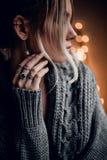 Het mooie meisje met hand op gouden bokeh steekt achtergrond aan Stock Foto