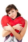 Het mooie meisje met hart vormde rood hoofdkussen Royalty-vrije Stock Fotografie