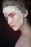 Het mooie meisje met het verbazen maakt omhoog en parels en roze oogschaduw Royalty-vrije Stock Foto