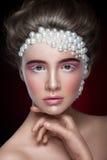 Het mooie meisje met het verbazen maakt omhoog en parels en roze oogschaduw Stock Foto