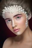 Het mooie meisje met het verbazen maakt omhoog en parels en roze oogschaduw Royalty-vrije Stock Afbeeldingen