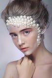 Het mooie meisje met het verbazen maakt omhoog en parels en roze oogschaduw Royalty-vrije Stock Foto's