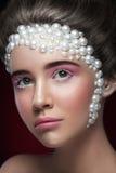Het mooie meisje met het verbazen maakt omhoog en parels en roze oogschaduw Stock Afbeeldingen