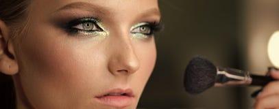 Het mooie meisje met kosmetische poederborstel voor maakt omhoog makeup Maak omhoog het van toepassing zijn voor perfecte huid stock foto's