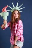 Het mooie meisje met kroon en toorts vertegenwoordigt standbeeld van vrijheid Royalty-vrije Stock Foto