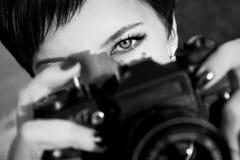 Het mooie meisje met mooie ogen maakt beelden in een stadspark De Zwart-witte foto van Peking, China Stock Fotografie