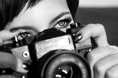 Het mooie meisje met mooie ogen maakt beelden in een stadspark De Zwart-witte foto van Peking, China Royalty-vrije Stock Afbeeldingen