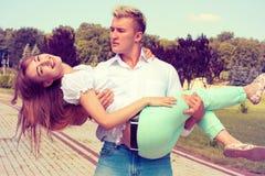 Het mooie meisje omhelst de kerel royalty-vrije stock afbeelding