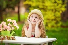 Het mooie meisje ontspannen in de tuin Royalty-vrije Stock Afbeeldingen
