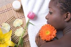 Het mooie meisje ontspannen op massagelijst Royalty-vrije Stock Afbeelding