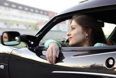 Het mooie meisje ontspannen in sportauto Stock Foto
