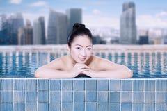 Het mooie meisje ontspannen in het zwembad Stock Fotografie
