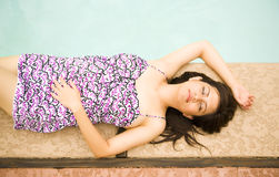 Het mooie Meisje ontspant door Pool Stock Foto's
