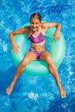 Het mooie meisje ontspant in pool Royalty-vrije Stock Fotografie