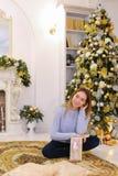Het mooie meisje ontving gift op vooravond van Kerstmis en stelt en s Royalty-vrije Stock Foto's