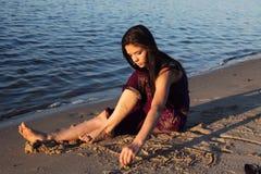 Het mooie meisje op rivierbank stock afbeelding