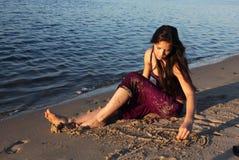 Het mooie meisje op rivierbank royalty-vrije stock foto's
