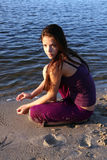 Het mooie meisje op rivierbank royalty-vrije stock foto