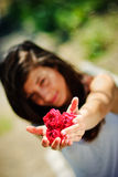 Het mooie meisje overhandigt een bos van rode rozen stock afbeelding