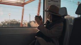 Het mooie meisje reist aan de gang stock video