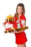 Het mooie meisje in rode dres die Kerstmis houden stelt voor Stock Foto's