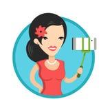 Het mooie meisje in rode kleding maakt selfie Royalty-vrije Stock Afbeeldingen