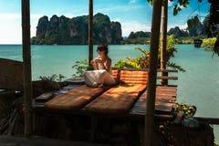 Het mooie meisje rust op de kust royalty-vrije stock fotografie