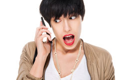 Mooi verrast meisje terwijl het gebruiken van celtelefoon Stock Foto's