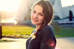 Het mooie meisje smilling in zonnige dag royalty-vrije stock fotografie