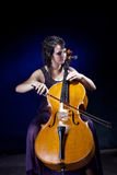 Het mooie meisje speelt de cello stock foto's