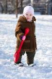 Het mooie meisje spelen in de winter Stock Foto's