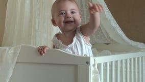 Het mooie meisje spelen in een voederbak en stock footage