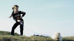 Het mooie meisje spelen met de hond stock footage