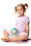 Het mooie meisje spelen met een bol Stock Foto's