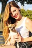 Het mooie meisje spelen met een puppy Royalty-vrije Stock Afbeeldingen