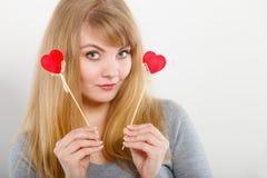 Het mooie meisje spelen met harten op stokken Stock Afbeeldingen