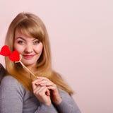 Het mooie meisje spelen met harten op stokken Stock Foto