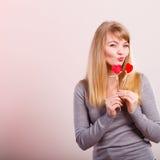 Het mooie meisje spelen met harten op stokken Stock Afbeelding