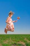 Het mooie meisje springen Stock Foto's
