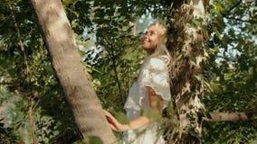 Het mooie meisje stellen in bos stock video