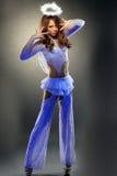 Het mooie meisje stellen in lichtgevend engelenkostuum Stock Afbeelding