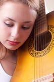 Het mooie meisje stellen met gitaar. #7 Royalty-vrije Stock Foto