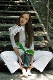 Het mooie meisje stellen met orchideebloem stock foto