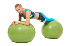 Het mooie meisje stellende leggen op geschiktheidsballen Stock Fotografie